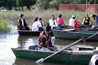 Acercan asistencia a comunidades afectadas por crecida del río en Ñeembucú