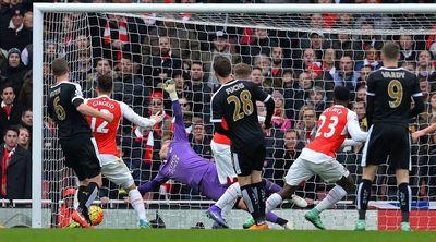 Arsenal vence al Leicester y da vida a la Premier