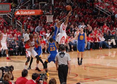 Canasta de Harden da triunfo a Rockets sobre Warriors en playoffs