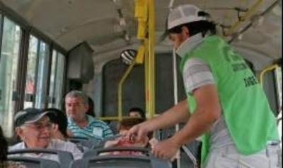 HOY / Vendedor ambulante salva a pasajera durante robo