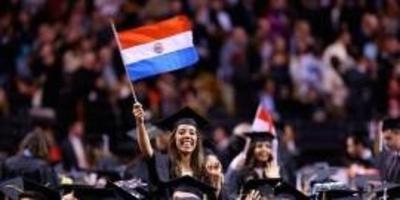 HOY / Compatriota brilla en EEUU y se gradúa con honores