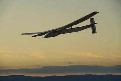 Solar Impulse 2 supera turbulencias y se acerca a Europa