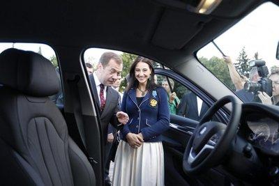 Putin condecora a medallistas y les regala un BMW