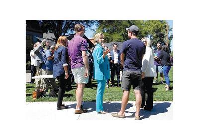 Hillary sigue  favorita en los sondeos en EEUU, pero crece el número de indecisos