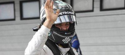 Rosberg choca, pero domina en la noche de Marina Bay
