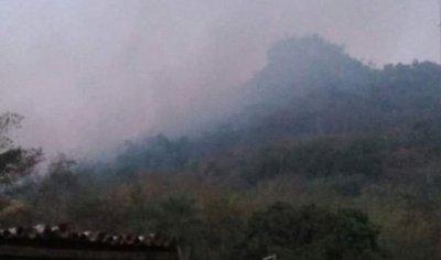 Fuego no puede controlarse y 35 viviendas están en peligro