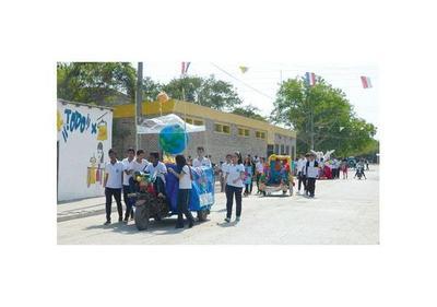 Estudiantes  exhiben carrozas  de reciclados en Pto. Casado
