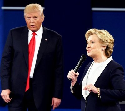 "Hillary toma distancia, Trump sigue ""furioso"""