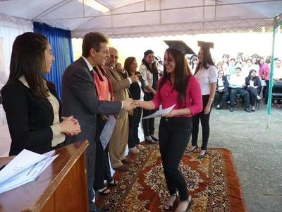 Itapúa: Entregan 891 certificados de capacitación laboral