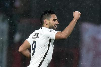 Mónaco gana al Lorient con gol de Falcao y alcanza la punta