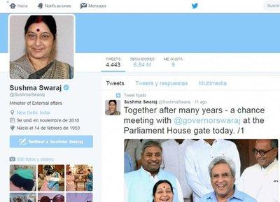 La ministra india que hace milagros en Twitter