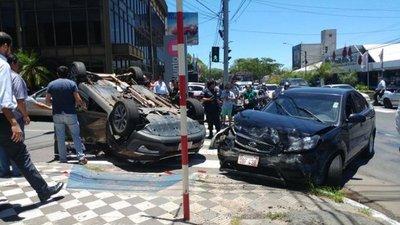 Aparatoso accidente deja un herido en Mariscal López
