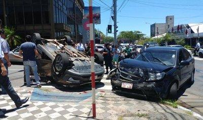 Cruzó semáforo en rojo y ocasionó aparatoso accidente