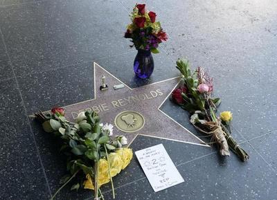 Hollywood rinde homenaje a Reynolds y Fisher