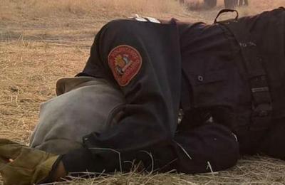 Esta foto de una bombero revoluciona las redes y esta es la increíble historia de amor que esconde