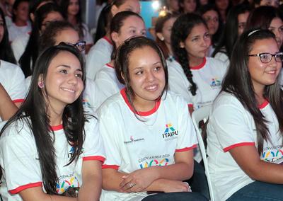 Miles de jóvenes interesados en becas de Itaipú