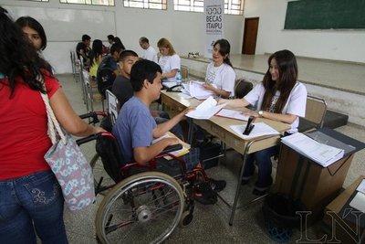 Gente con discapacidad también lucha por becas