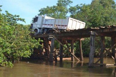 Colapsó un puente de madera en Independencia