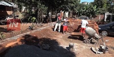 VECINOS CONSTRUYEN MURALLA A  LA CRÍA. 66 DE ITA PASO