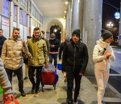 Juanma Iturbe salió a donar abrigos cuando el frío pelaba
