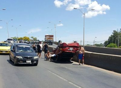 Un vehículo volcó sobre viaducto Semidei