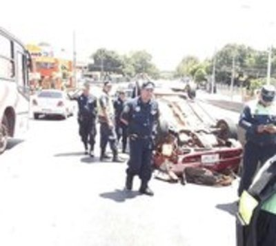 Vuelca automóvil en avenida Semidei