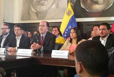 Opositores acusan a Maduro de gobernar fuera de la ley