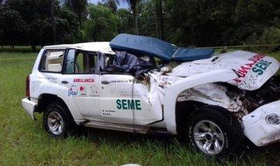Vuelco de ambulancia deja un paramédico muerto y dos heridos graves