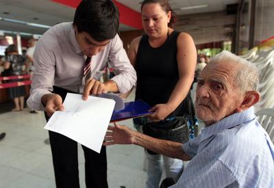 Pensión mensual para adultos mayores subió