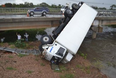 Camión frigorífico cae desde un puente en zona de Limpio