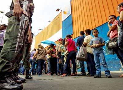 Largas filas por el pan en Venezuela