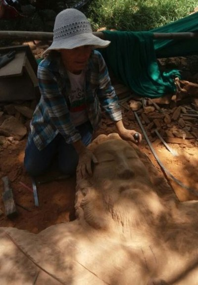 Tallan monumental imagen de piedra en Itapúa
