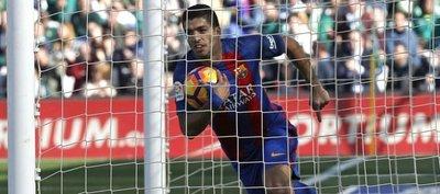 Luis Suárez salvó al Barca del Betis en el minuto 90
