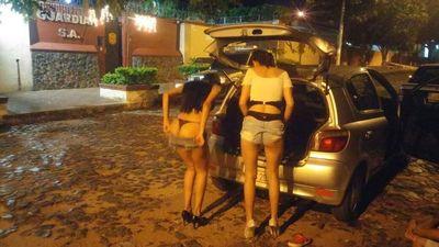 Modelos se cambian de ropa y se embolan en la calle.