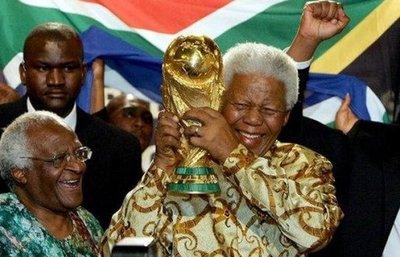 20 parejas se casan por San Valentín donde estuvo preso Mandela