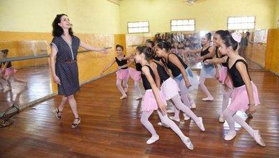 Visita de maestra francesa motiva a niñas del Bañado