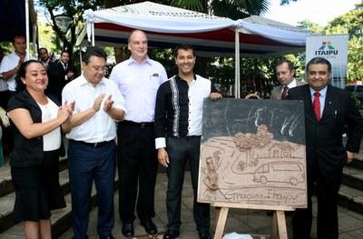 Entregaron minibús para asociación de artesanos paraguayos