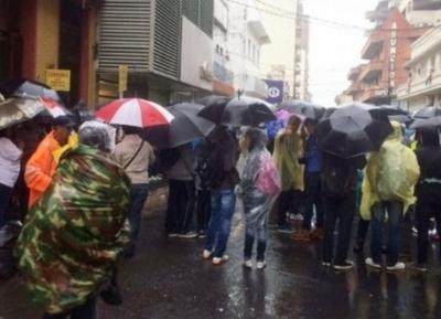 Pese a la lluvia, secundarios se manifiestan frente al MEC