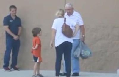 Un anciano dejó caer las bolsas del supermercado y las personas que lo ayudaron no sabían la sorpresa que se llevarían