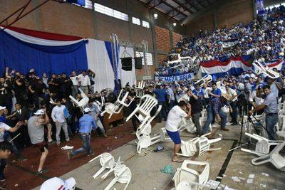 Liberales se tomaron a sillazos y golpes en el inicio de la convención