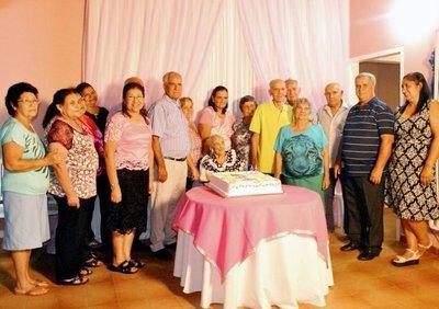 Mujer cumple 102 años de vida y gozo