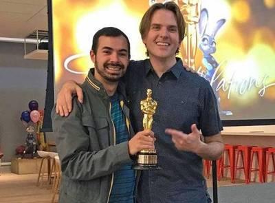 El cineasta paraguayo Joaquin Baldwin disfruta del Premio Oscar con Zootopia
