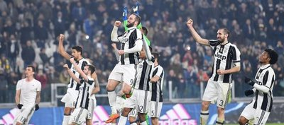 Juventus remonta al Napoli y se adelanta hacia la final