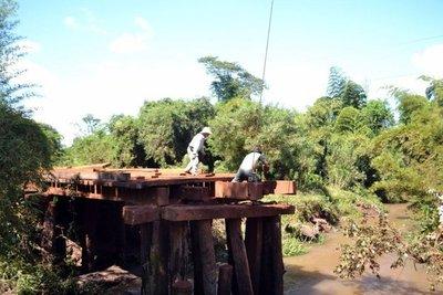 Reparan puente de madera en Tavaí