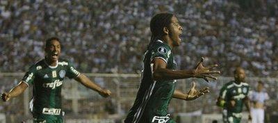 Palmeiras, con 10, saca un valioso empate en Tucumán