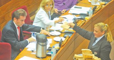 Senadores piden se les reponga almuerzo de los jueves