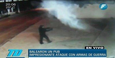 Con armas de guerra balean un pub en Villa Elisa