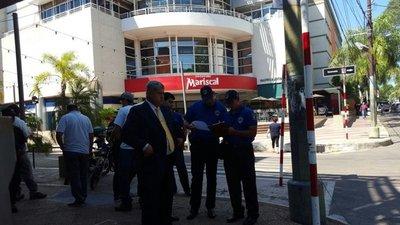 Desalojan a los informales instalados en la zona del Shopping Mariscal