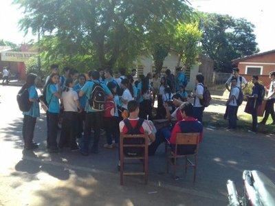 Alumnos de Misiones se manifiestan ante falta de kits escolares