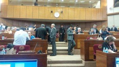 Extraños armados ingresan a sala del Senado